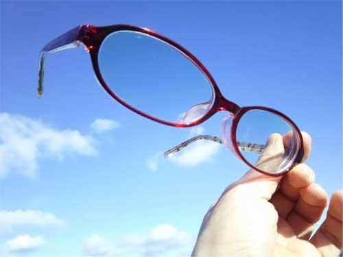 一般的なメガネはバイオレットライトを通さないことが多い