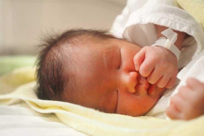横を向いて寝る赤ちゃん