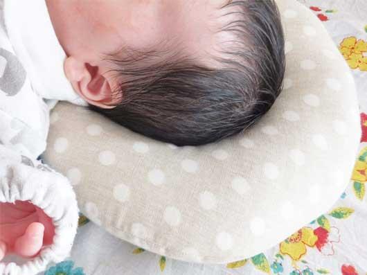 ドーナツ枕を使って寝る赤ちゃん
