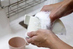 界面活性剤入りの洗剤で食器を洗う